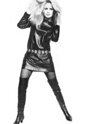 Brigitte Bardot en mini-robe en cuir Mac Douglas