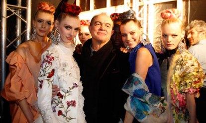 """Christian Lacroix et ses mannequins posant pour """"the Guardian""""  à la Fashion Week de 2009"""